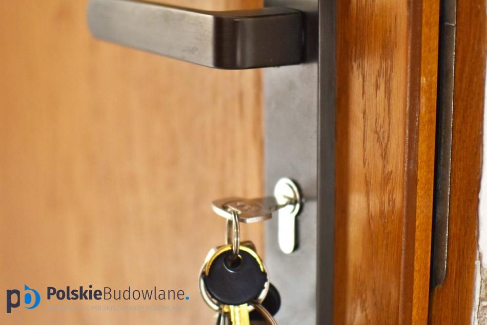 Jakie drzwi zewnętrzne? Drewniane czy metalowe?